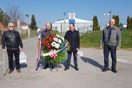 Predsjednik HSP-a Karlo Starčević s izaslanstvom odao počast žrtvama partizanskih zločina u Gospiću