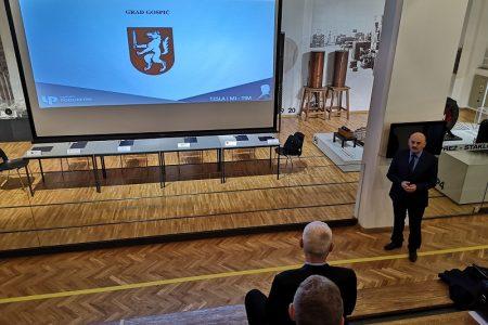 Grad Gospić potpisao suradnju na projektu u sklopu kojeg će se organizirati Međunarodni kamp za mlade s tehničkom i poduzetničkom idejom.