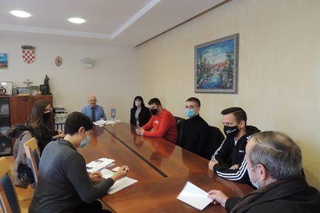 LIJEPO: Gradonačelnik Karlo Starčević i dalje volontira, od njegove plaće stipendiraju se studenti