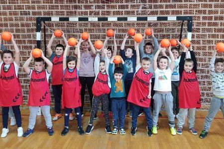BRAVO: tridesetak djevojčica i dječaka uključilo se u rukomet u Brinje