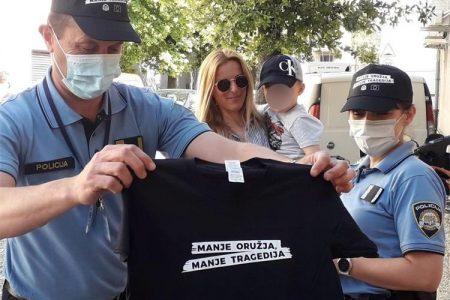 """Policijska uprava ličko-senjska mnogobrojnim aktivnostima pozvala građane da se pridruže kampanji """"Manje oružja, manje tragedija"""" i učine svoj dom sigurnijim"""